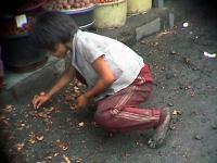 Dítě sbírající zbytky ze země
