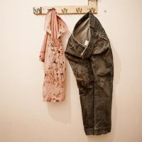 Zakrvácené oblečení oběti rasistického útoku, Řecko, srpen 2012.