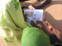 Ženy a děti si čtou v táboře pro vnitřně přesídlené osoby v súdánském Dárfúru