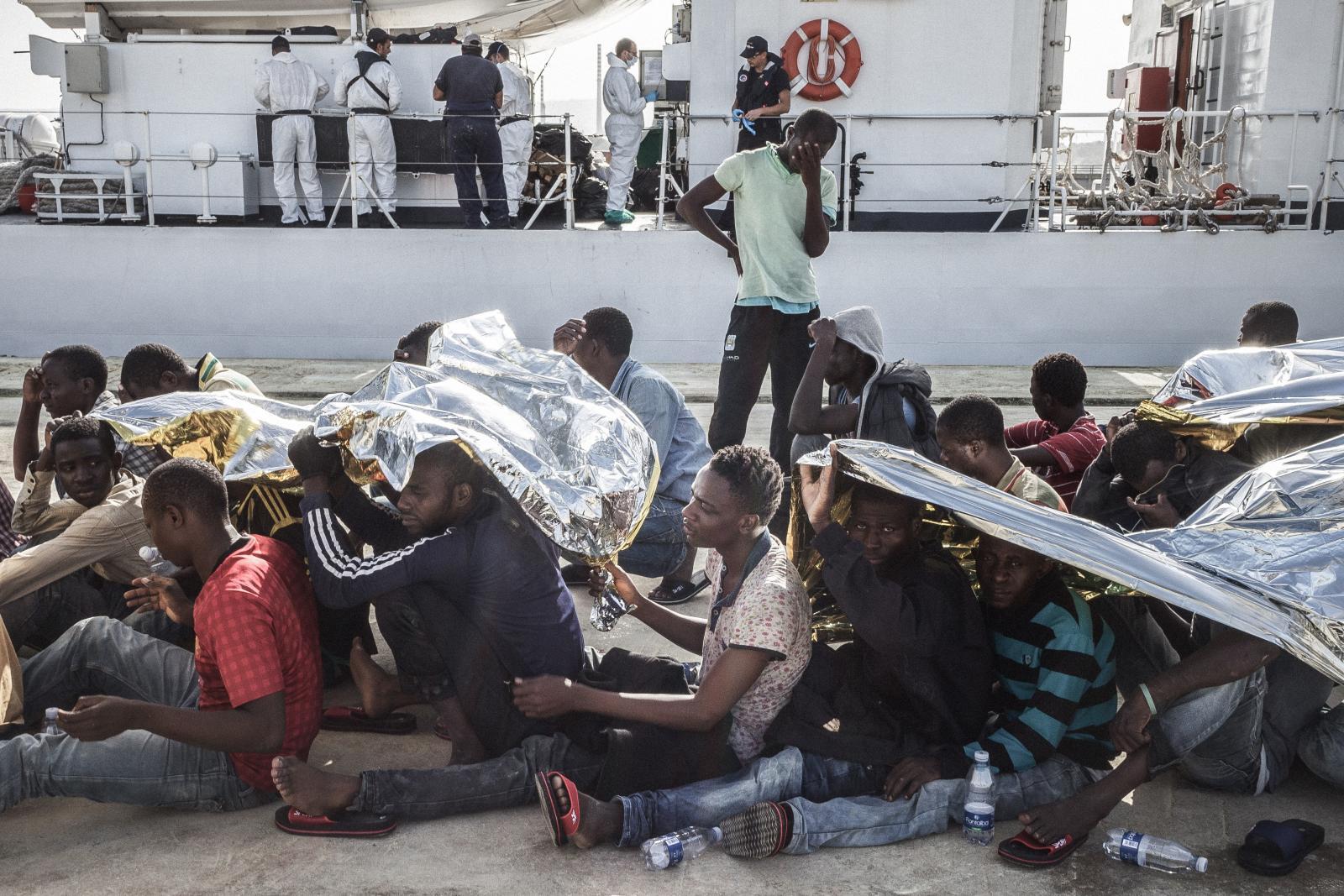 Libye: Děsivé podmínky tlačí další uprchlíky do Středomoří