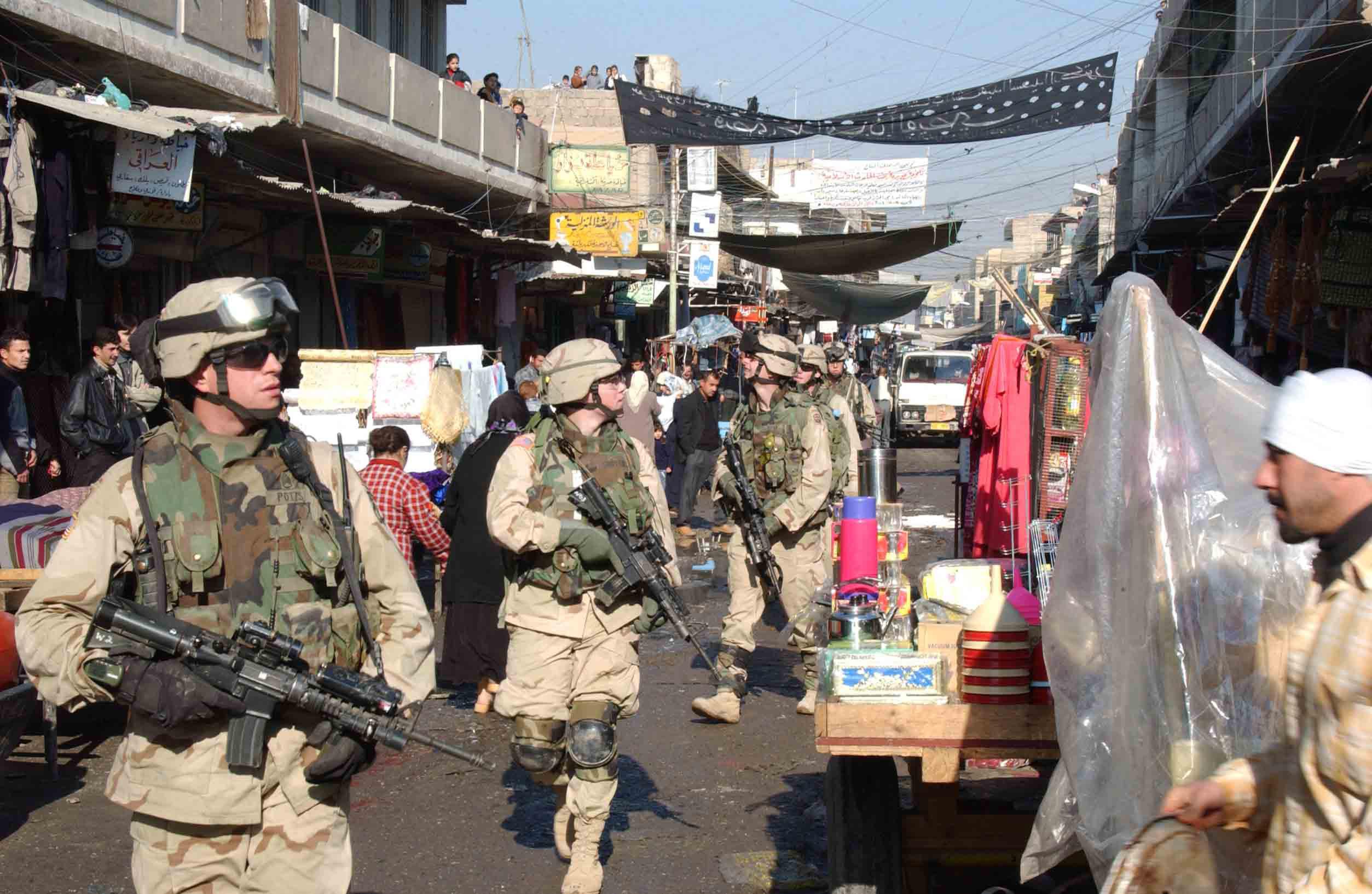 Vojáci americké armády procházejí trhem v okrese Al Sudeek během hlídky v Mosulu.