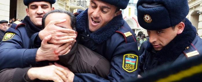Tři policisté zadržují politického aktivistu během protestu v Baku, Ázerbajdžán, 12. března 2011. ©AIR12 Press Images